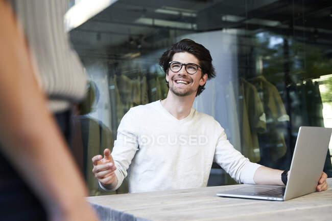 Щасливий бізнесмен з колегою по роботі в місті. — стокове фото