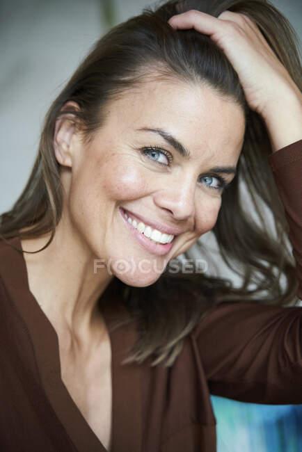 Портрет усміхненої жінки з волоссям. — стокове фото