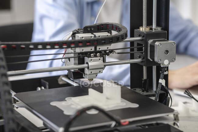 Estudante configurar impressora 3D, close-up — Fotografia de Stock