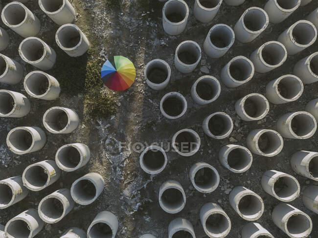 Vista aérea de paraguas y aros de hormigón - foto de stock