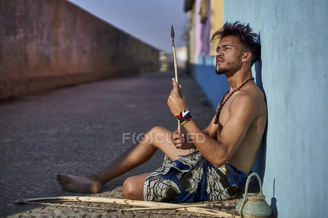 Stammesmann mit seinem traditionellen Bogen und Pfeilen, Lubango, Angola — Stockfoto