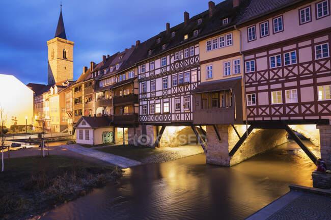 Kramerbrucke sobre el río Gera en la ciudad al atardecer, Erfurt, Alemania - foto de stock