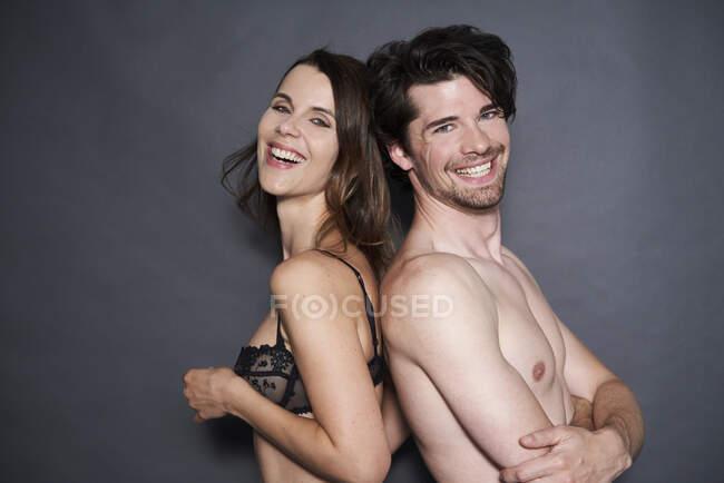 Портрет щасливої напіводягненої пари назад. — стокове фото