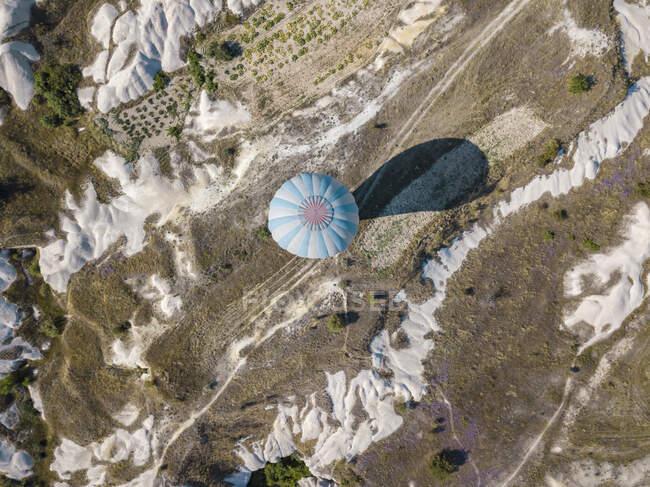 Aerial view of hot air balloon flying at Goreme National Park, Cappadocia, Turkey — Stock Photo