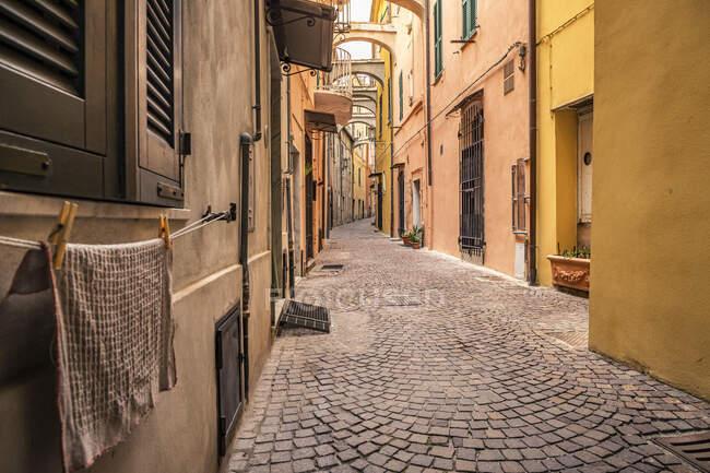 Narrow alley in Noli, Liguria, Italy — Stock Photo