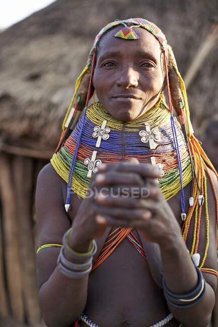 Muhila donna con la sua caratteristica acconciatura e collane, Kehamba, Chibia, Angola — Foto stock
