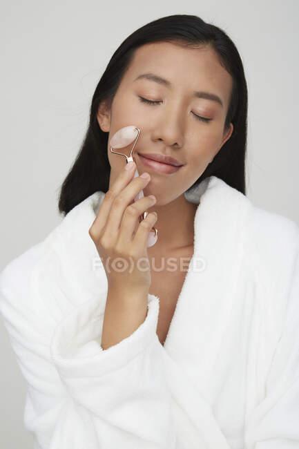 Retrato de una joven mujer china - foto de stock