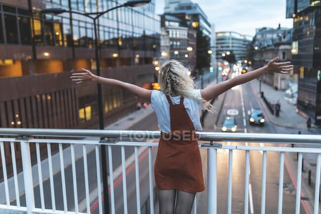 Щаслива і успішна молода жінка в місті в сутінках у Лондоні. — стокове фото