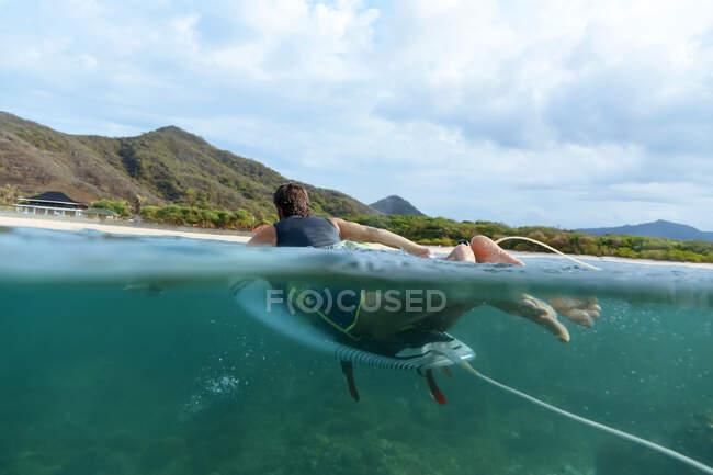 Surfer, isola di Sumbawa, Indonesia — Foto stock