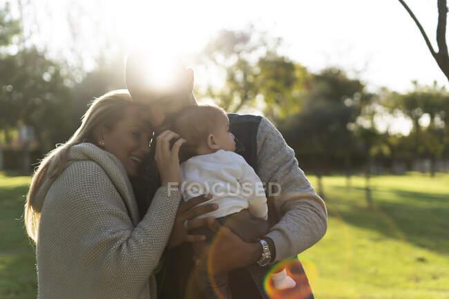 Щасливі батьки проводять день у парку. — стокове фото