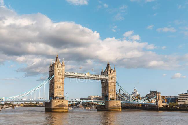 Reino Unido, Londres, Tower Bridge cruzando o rio Tâmisa — Fotografia de Stock
