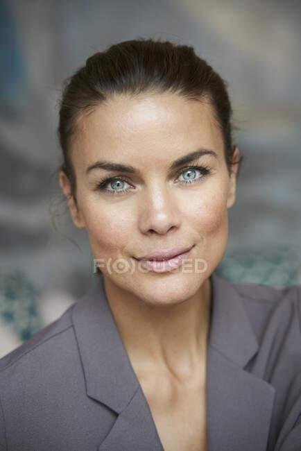 Portrait of confident brunette businesswoman — Stock Photo