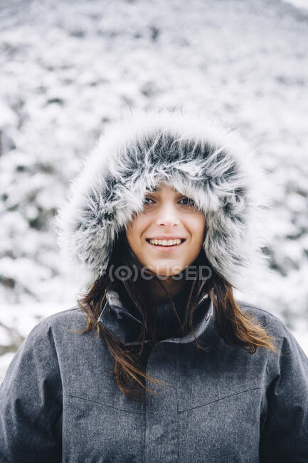 Portrait of smiling young woman in winter — Stock Photo