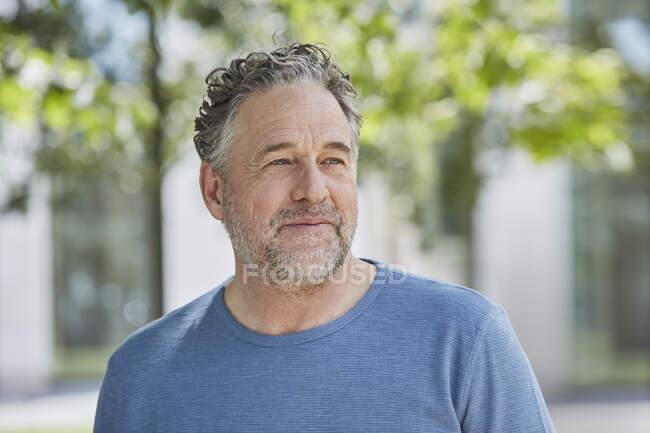 Ritratto di uomo maturo in un parco — Foto stock