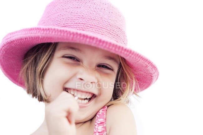 Портрет щасливої дівчини з льодяником у рожевому капелюсі влітку. — стокове фото