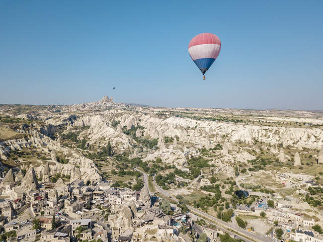 Hot air balloon flying over landscape at Goreme National Park, Cappadocia, Turkey — Stock Photo