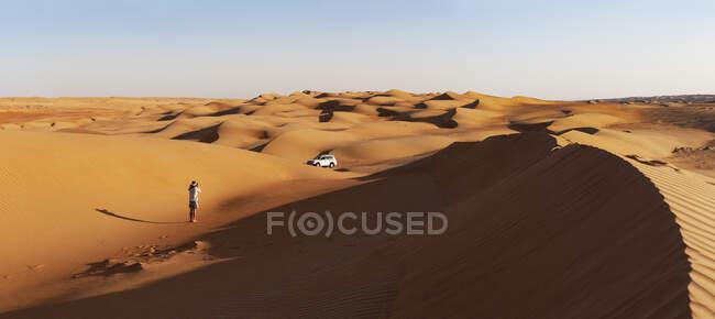 Uomo con fuoristrada, scattare foto nel deserto, Wahiba Sands, Oman — Foto stock