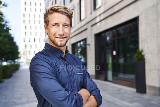 Ritratto di giovane uomo d'affari sicuro di sé in città — Foto stock
