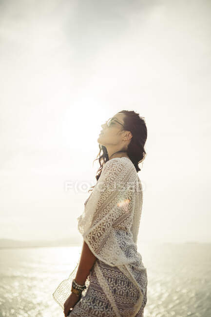 Giovane donna in prospettiva contro il sole, Getxo, Spagna — Foto stock