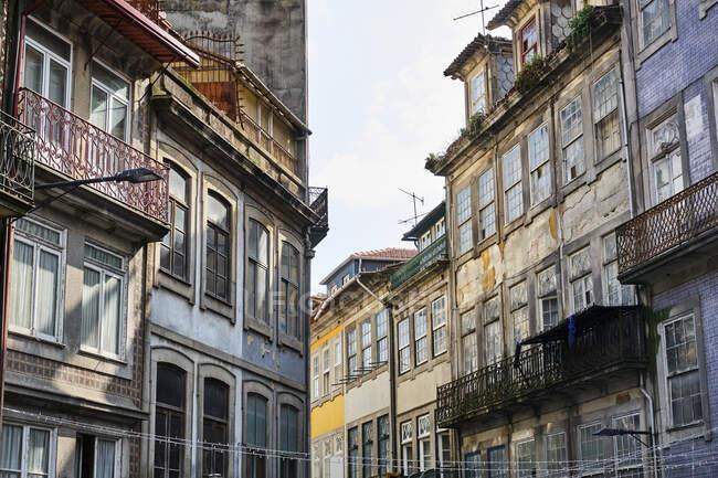 Portogallo, Porto, Finestre e balconi di vecchi edifici residenziali — Foto stock
