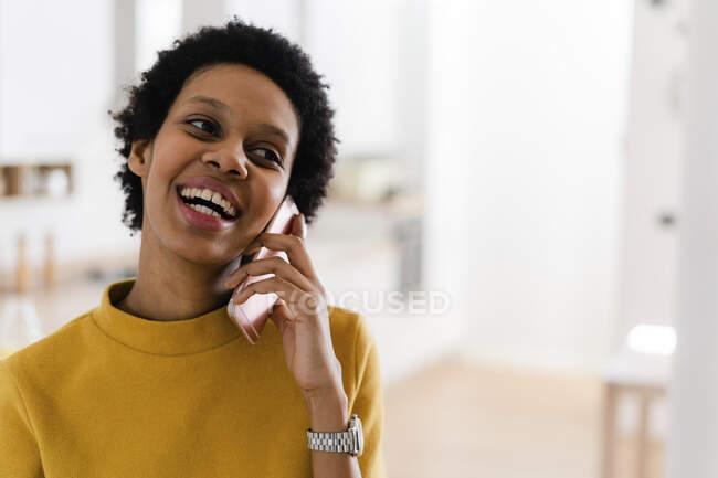 Щаслива молода жінка по телефону. — стокове фото