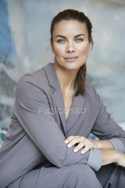 Portrait de femme d'affaires brune confiante — Photo de stock