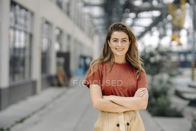 Portrait of smiling young brunette woman — Stock Photo