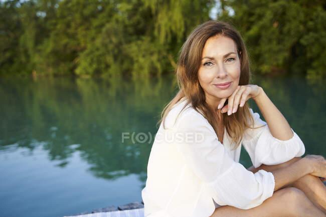 Ritratto di donna matura in un lago — Foto stock