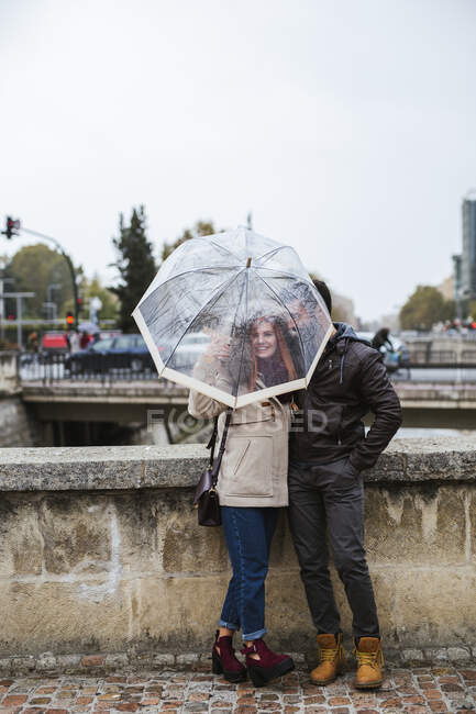 Пара влюбленных в прозрачный зонтик осенью — стоковое фото
