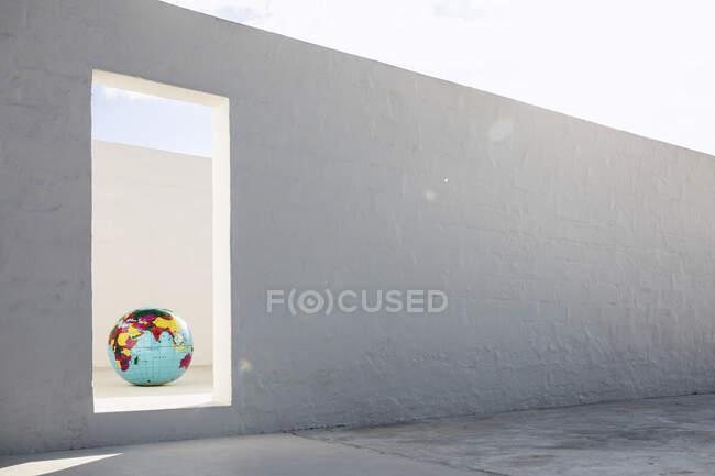 Недосяжна глобус у порожньому просторі. — стокове фото