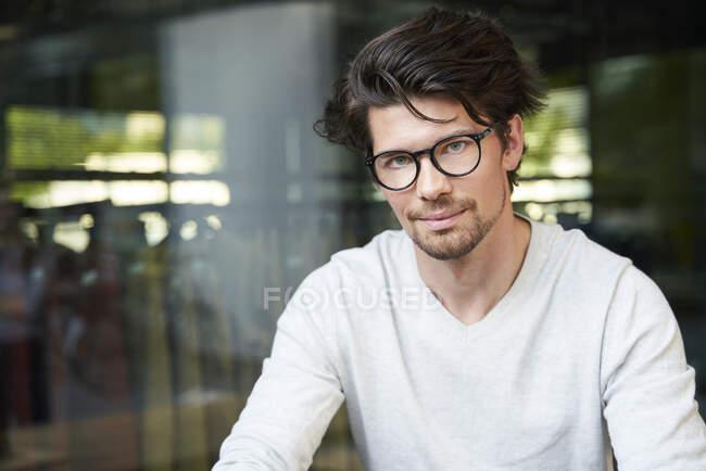 Ritratto di uomo d'affari casual e sicuro di sé in città — Foto stock