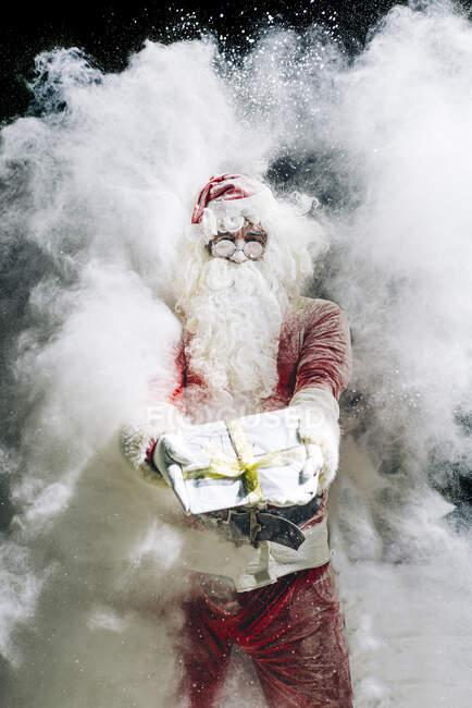 Святий Миколай показує подарунок. — стокове фото