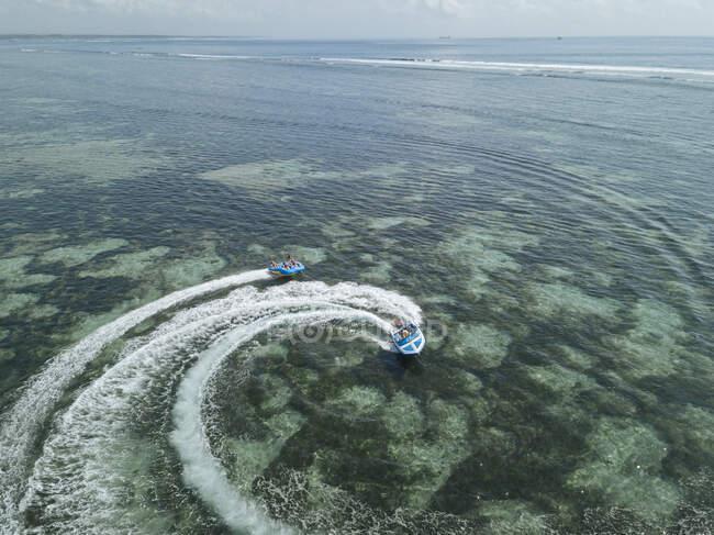 Veduta aerea della barca a motore e banana boat, Nusa Dua, Bali, Indonesia — Foto stock