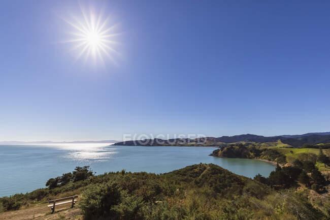 Vista panoramica della baia di Waitawa contro il cielo azzurro della regione di Auckland, Nuova Zelanda — Foto stock