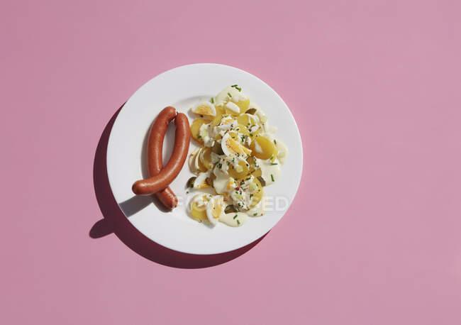 Diretamente acima do tiro de farinha de ovo saudável por ingrediente em placa no fundo rosa — Fotografia de Stock