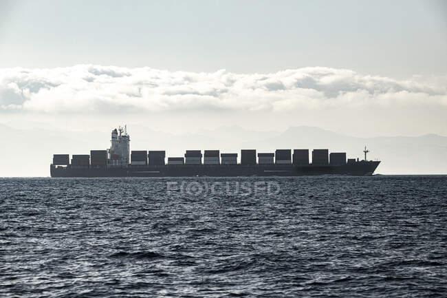 España, Andalucía, Tarifa, Buque de carga en el Estrecho de Gibraltar - foto de stock