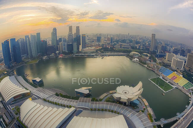 Singapur, Vista aérea de la bahía Marina de Singapur al atardecer - foto de stock