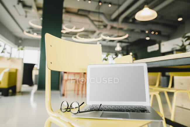 Бизнес, топ и очки на стуле в коворкинге — стоковое фото