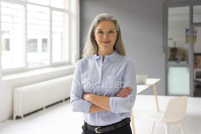 Portrait of confident mature businesswoman in office — Stock Photo