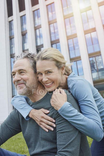 Щаслива зріла пара обнімається в місті — стокове фото
