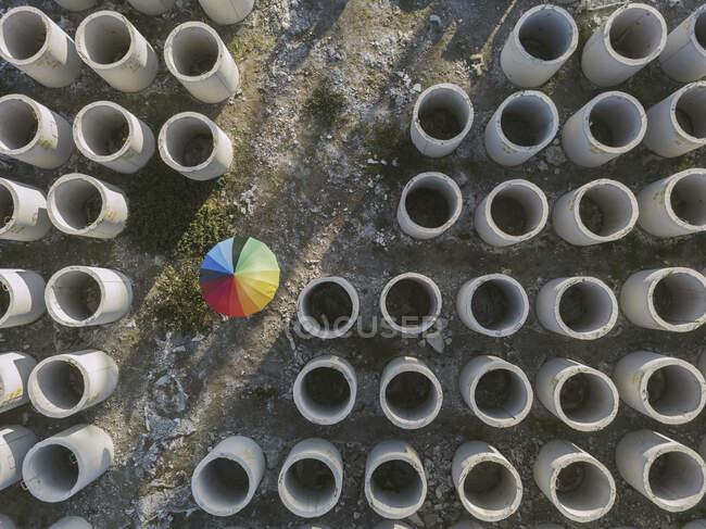 Повітряний вид на парасолю й бетонні обручі. — стокове фото