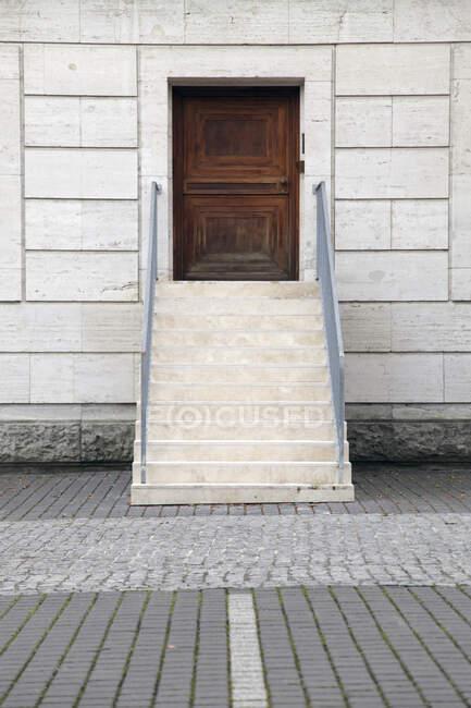 Exterior stair to wooden door, Berlin, Germany — Stock Photo