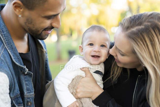 Счастливые родители проводят день в парке — стоковое фото