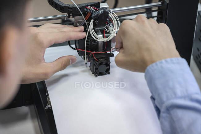 Student setting up 3D printer, close up — Stock Photo