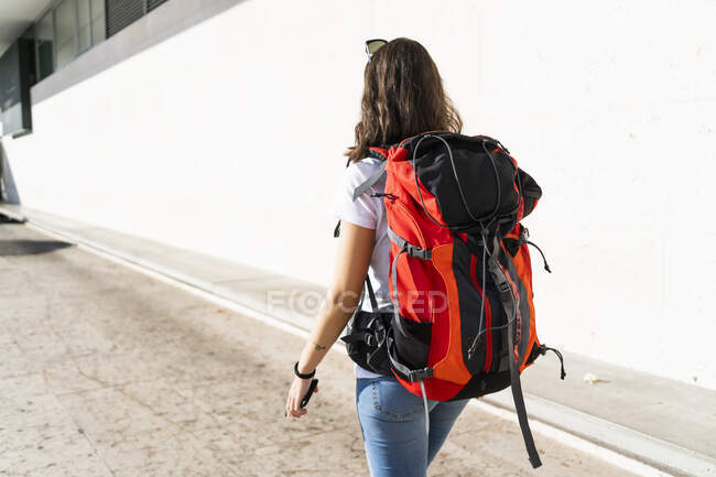 Young female backpacker in the city, Verona, Italy — Stock Photo