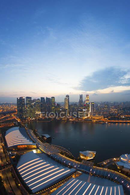 Singapore, Aerial view of Singapore Marina bay at dusk — стокове фото