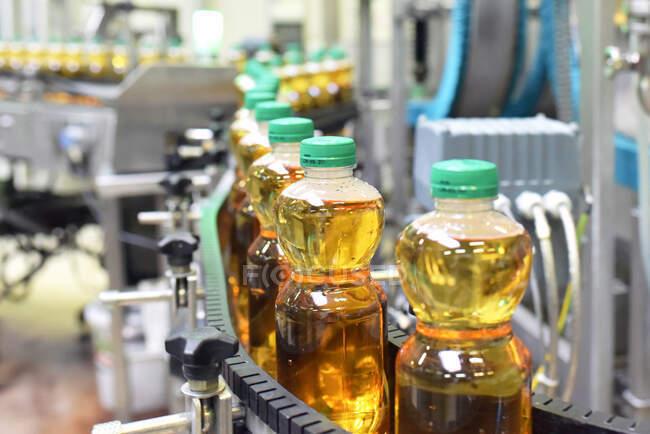Завод яблочных соков, розлив в бутылки, яблочный сок — Stock Photo