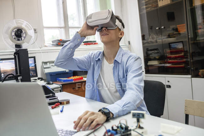 Student using 3D printer and VR goggles — Stock Photo