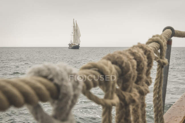 Дания, Балтийское море, Традиционный сейнер, видимый с палубы шхуны гафф — стоковое фото