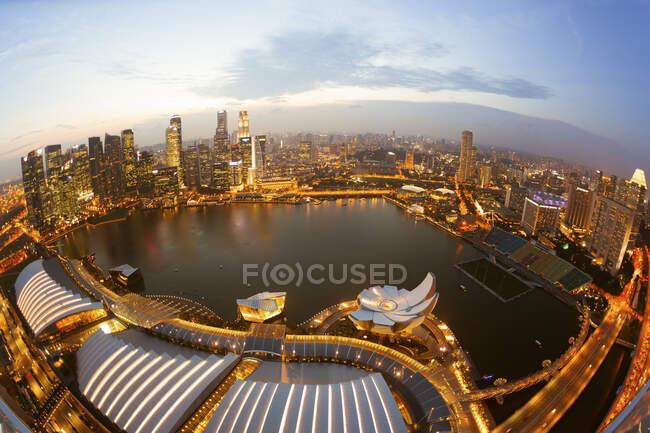 Singapore, Aerial view of Singapore Marina bay at dusk — Stock Photo